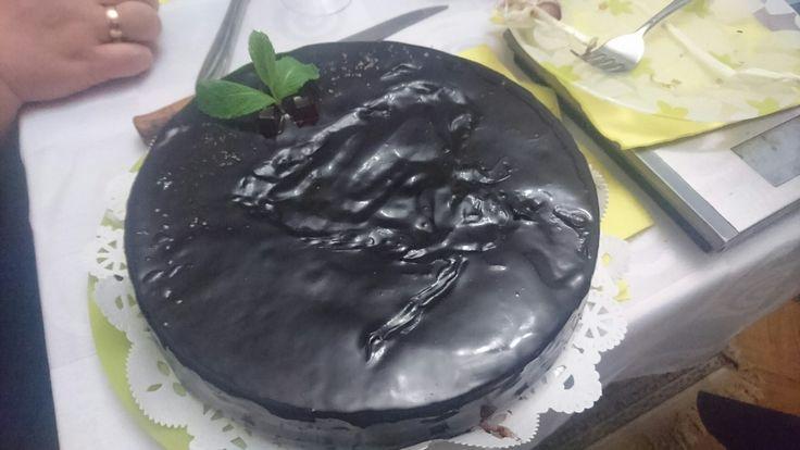 Эксперименты это класно! Сложность технологий ни по чем, если есть цель. Особенно когда делаешь маме на день рождения.  Воздушный шоколадный бисквит без яиц и молока, вишневое конфи без желатина, кокосовое молоко с мятой и зеркальная шоколадная глазурь.... И такой торт можно смело есть даже на диете - 251 ккал (торты со сливочным или масляным кремом с шоколадом от 450 ккал)