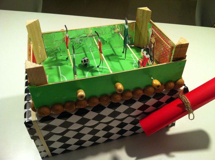 Sinterklaas surprise ! Een tafelvoetbal spel gemaakt van een mandarijnen kistjes. Deze op een schoenendoos bevestigd en daar kan dan het Kado in !!!