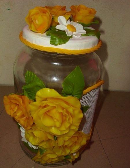 Pote de vidro com capacidade para 3 litros , todo decorado com lindíssimas rosas de biscuit de cor amarela. Uma ótima opção para presentes. R$ 40,00