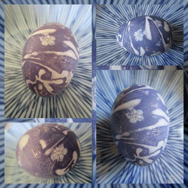 Creatief met stukjes zijde van een stropdas en een stel witte eieren. 'Geverfd' volgens deze mummie-achtige methode. Erg spannend om te zien wat er van geworden was toen de hete wikkels er af gingen! Het gefrutsel waard. Nu nog op zoek naar andere stropdassen, want ik had alleen een blauwe voor handen.....  http://faithtap.com/2767/how-to-dye-eggs-using-silk/