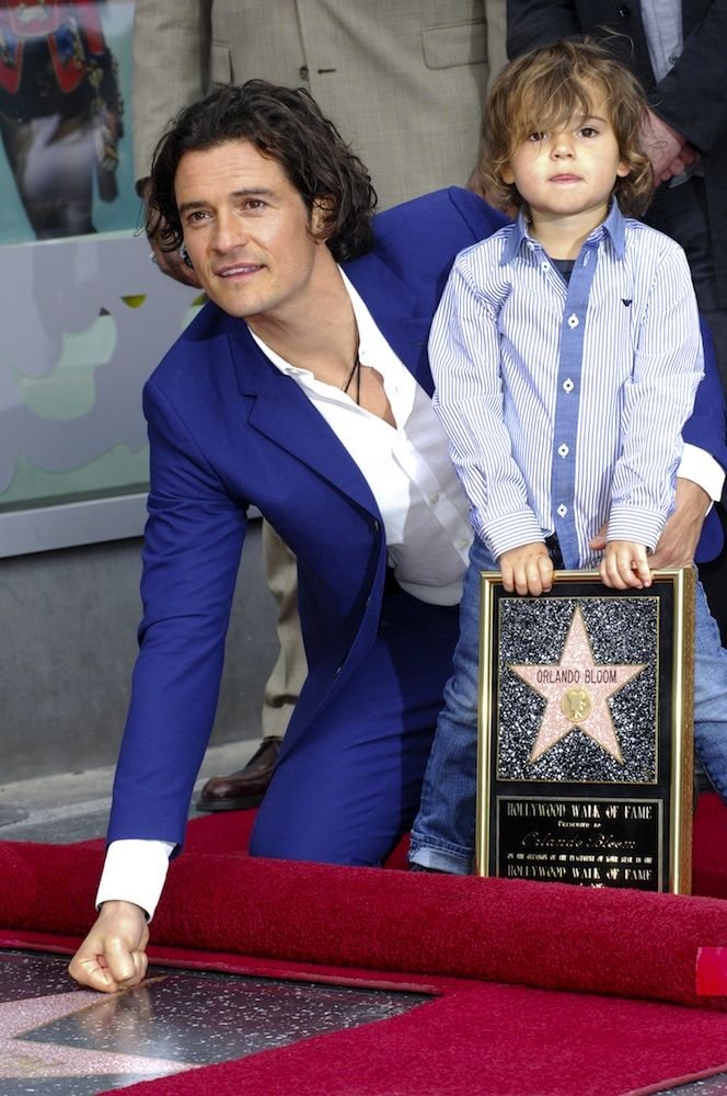 Orlando Bloom sharing this moment with his son. ♥ If you enjoyed my pin, pls do visit my celebrity site at www.celebritysize... ♥ #celebritysizes