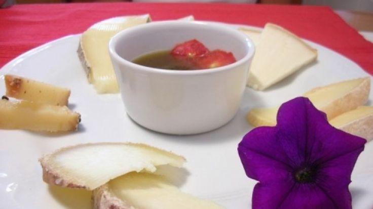 Ricetta Marmellata di pomodori con formaggi: Lavare i pomodori e sbollentarli per 1 minuto così da poter togliere meglio la buccia.  Pelare i pomodori, tagliarli a pezzetti non troppo piccoli e privarli dei semi.  Sbucciate il limone e tagliatene la buccia a striscioline sottili...