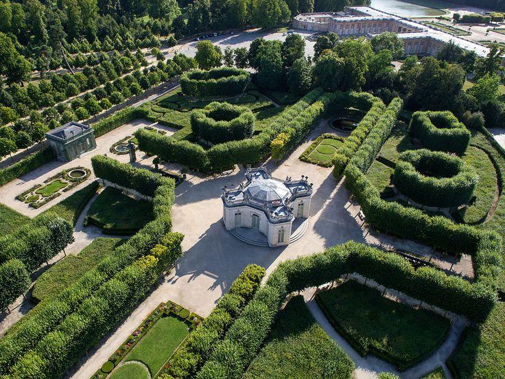 Il y a un cortège dans les jardins du Trianon, parce que le roi raffolait les jardins, oû l'harmonie des couleurs rivalisait de splendeur avec le parfum des fleurs.