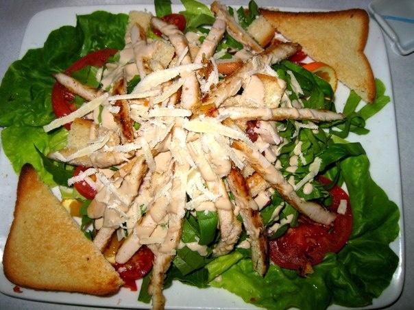 Очень вкусный и большой салатик Цезарь в кафе Могрен