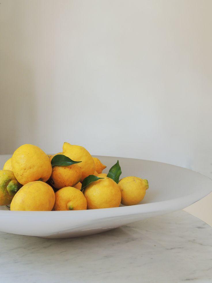 Un centro de mesa ideal para celebrar la primavera. Bowl de resina blanco en Solsken. #solsken www.solsken.com.ar
