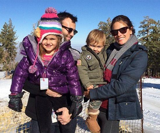 La modelo Alessandra Ambrosio nos ha regalado esta preciosa estampa navideña en la que aparece junto a su marido, Jamie Mazur, y sus dos hijos Anja Louis y Noah Phoenix