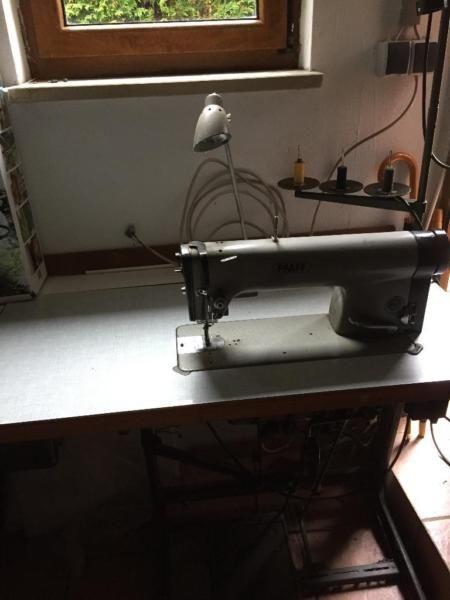 """Pfaff Industrienähmaschine - """"Schnellnäher"""" - Modell 463-Mit Abschneider-Starkstromanschluss.-Vergrößerungstisch (liegt im Moment nur lose drauf)-Schublade für Utensilien-Leuchte-BedienungsanleitungNur gegen Selbstabholung"""