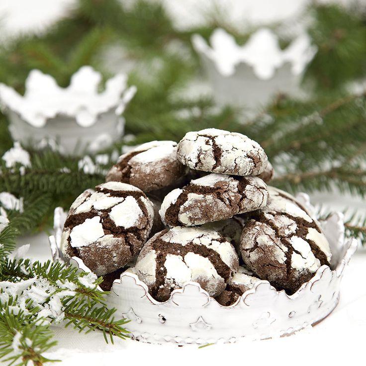 Mustig chokladsmak gör kakorna till en favorit. Florsocker ger en vintrigt snöig yta.