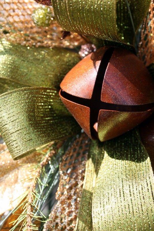 Este botín de gota de lágrima bella es una adición agradable para cualquier decoración de Navidad. Una maravillosa mezcla de tradición y elementos naturales, este botín está lleno de bayas, piñas e incluso dos campanas rústicas. Medición en 31 de largo y 18 en el punto más ancho, este magnífico botín puede mostrarse en la puerta principal, sobre un espejo, o cualquier lugar necesita un toque de Navidad. Me encanta este color verde y oro! Gracias por mirar