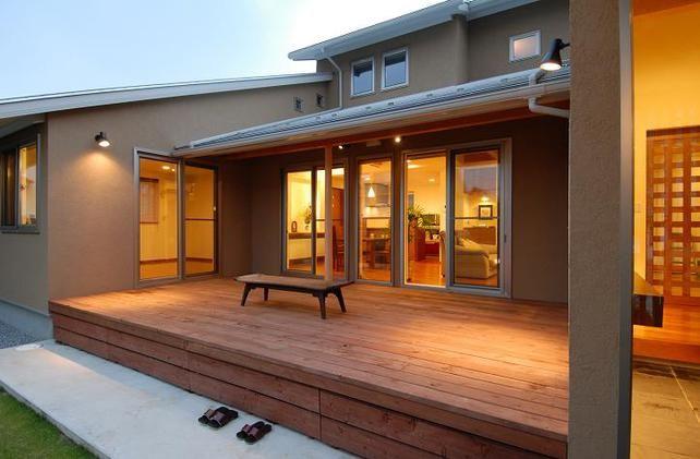 ウッドデッキを一体化させたコノ字型の家
