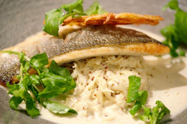 Gebakken vis, zuurkool in witte wijnsaus en aardappelrösti: een stevige bereiding waar je het lekker warm van krijgt in de winter.
