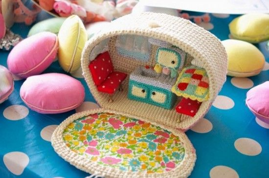 How to Crochet a Mini Vintage Caravan - Free Pattern and Tutorial