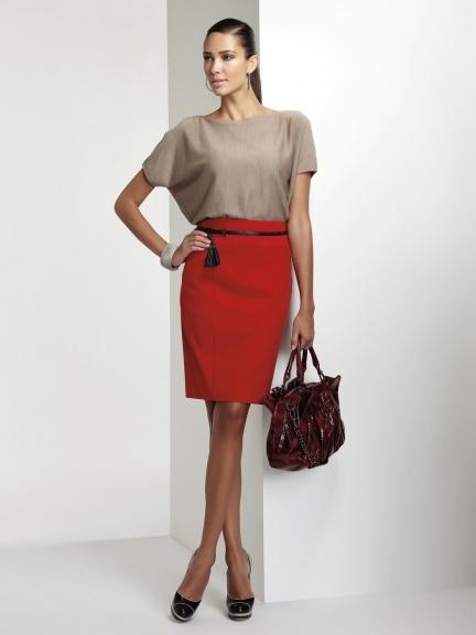 Rosso corallo per la gonna matita e un colore neutro per la maglia.   Il tocco in più? Un cinturino nero sottilissimo per evidenziare il punto vita.
