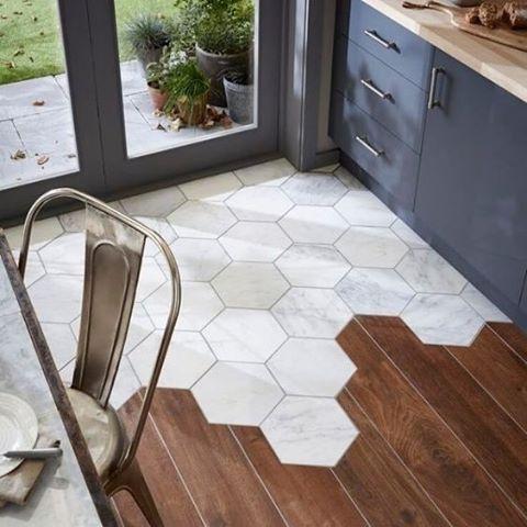 Bijzonder en gedurfd: het in elkaar over laten lopen van hexagon tegels en hout…
