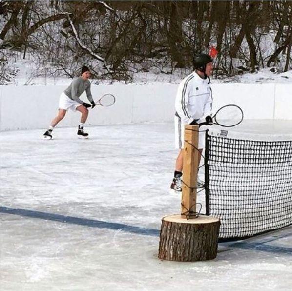 Tênis jogado sobre gelo. Parece alguns confrontos de Copa Davis no passado.
