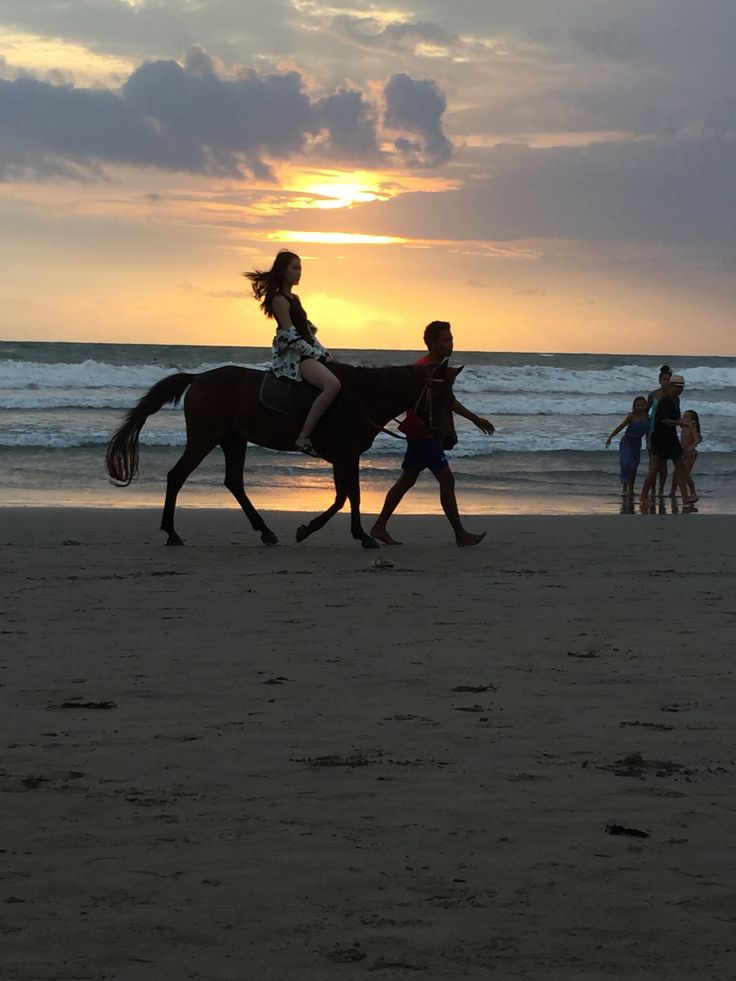 If you stay in Bali long enough you get to see cool stuff like this #imonahorse