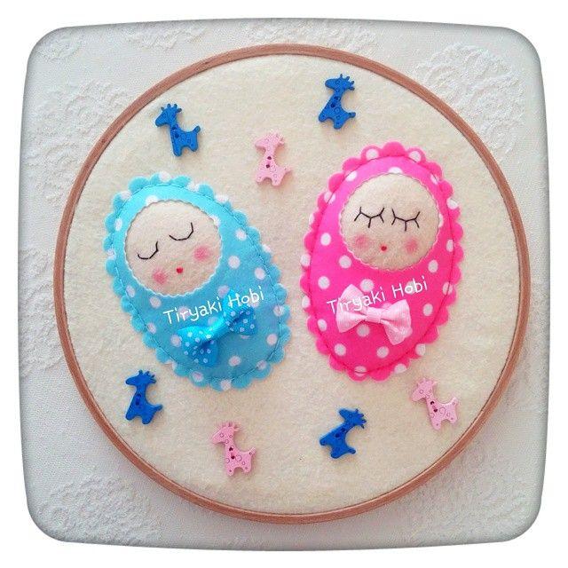 ♥ Tiryaki Hobi ♥: Keçe figürlü ,kasnak pano - kundaklı,ikiz bebekler  --------  felt hoop art
