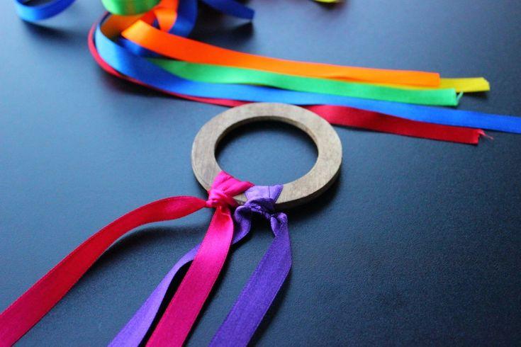 Me encanta crear juegos y juguetes para los niños, es una manera increíble de mostrarles cómo diferentes elementos se pueden transformar para llenar nuestro día de diversión. La metodología Waldorf, la cuál me encanta y sigo hace años, invita a los niños a aprender a través de la imaginación, basando el juego como medio natural de aprendizaje. En esta pedagogía se utilizan siempre juguetes muy naturales, con colores divertidos y alegres. Hoy te voy a enseñar a hacer precisamente…