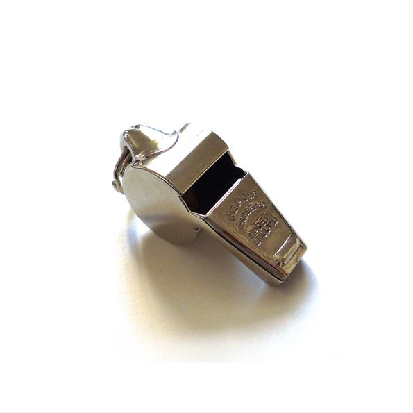 """ACME Trillerpfeife """"Thunderer"""" -COPAINCOPINE- Die ACME Trillerpfeife Thunderer unseres kleinen Matrosen wird seit 1884 von der Firma J. HUDSON & CO noch immer in jenem Land hergestellt, in welchem einst der Fußball erfunden wurde. Sollte also das Meer einmal in weiter Ferne liegen, dient sie auch vorzüglich, um die Wogen auf dem grünen Rasen zu glätten. Hergestellt in Grossbritannien"""