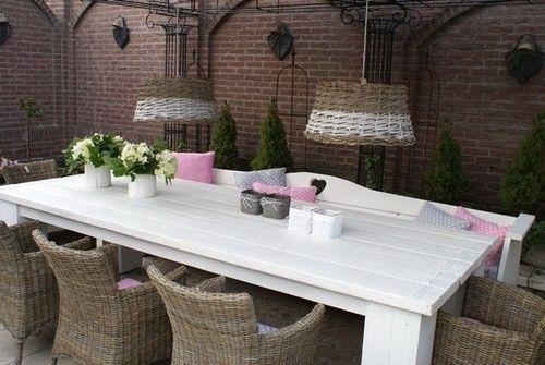 steigerhouten tafel met bank en rieten stoelen