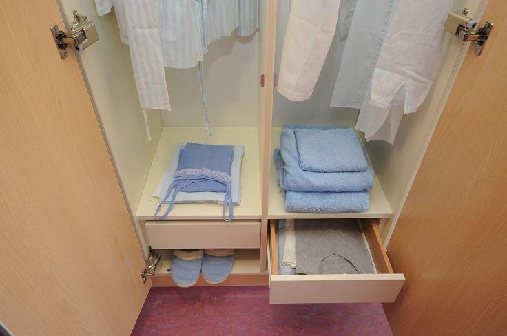 L'interno degli armadi: con possibilità di appendere gli abiti, appoggiarne altri sul ripiano o riporli nel cassetto. Un vano è dedicato a scarpe o pantofole.