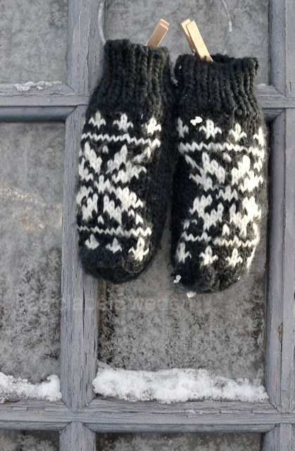 chunky snowflake mittens. would be nice lined with polarfleece or repurposed cashmere sweater
