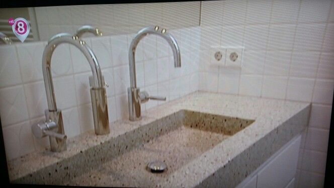 Zelfde granieten Badkamer wasbak als in de keuken.