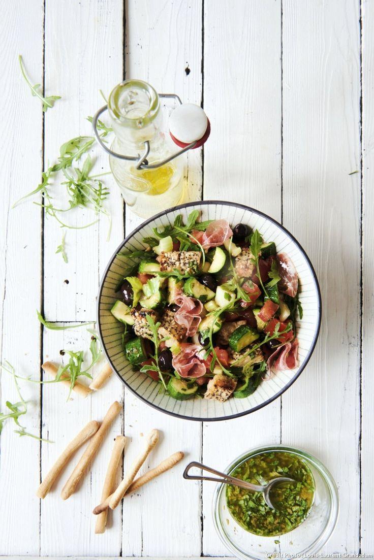 Salade italienne type panzanella - Le succès de cette salade tient autant à la fraîcheur de ses ingrédients qu'à son jeu de textures, entre légumes tendres et croquants. À décliner selon le marché du jour !