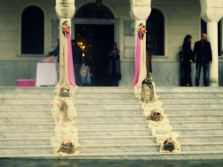 Στολισμός βάπτισης στον Άγιο Παντελεήμονα στο Κρυονέρι. Με ροζ και ιβουάρ χρώματα, σε υφάσματα,λουλούδια!! καθώς και τσουβαλάκια απο λινάτσα με συνθέσεις λουλουδιών.