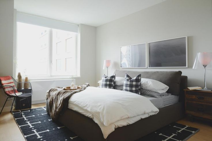 An Overstuffed Platform Bed Sets The Tone For A Cozy Yet Stylish Bedroom.  The Mostly. WohnungsplanungSchlafzimmer ...