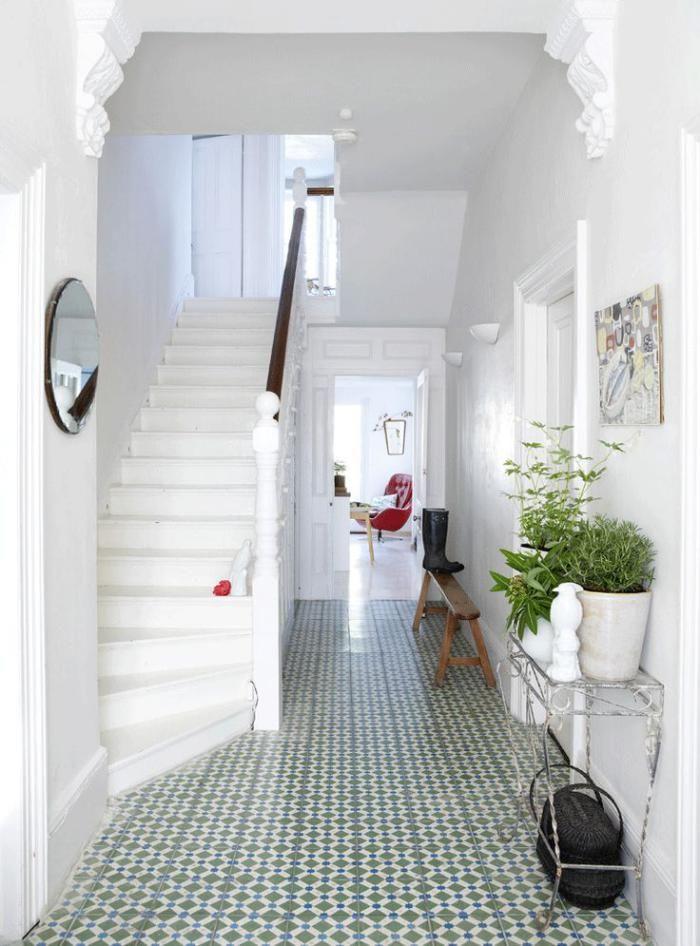 carreaux de ciment, escalier et murs blancs, revêtement du sol carreaux ciment