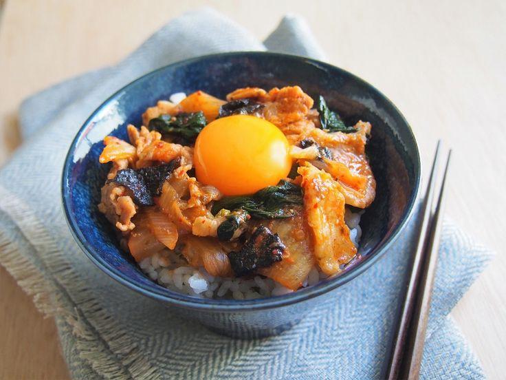 ガッツリ肉と野菜が食べたいときに作りたい、具たくさんの「豚キムチ丼」のレシピです。「海苔」と「調味料の入れ方」がひと味違うレシピで、簡単おいしいですよ!