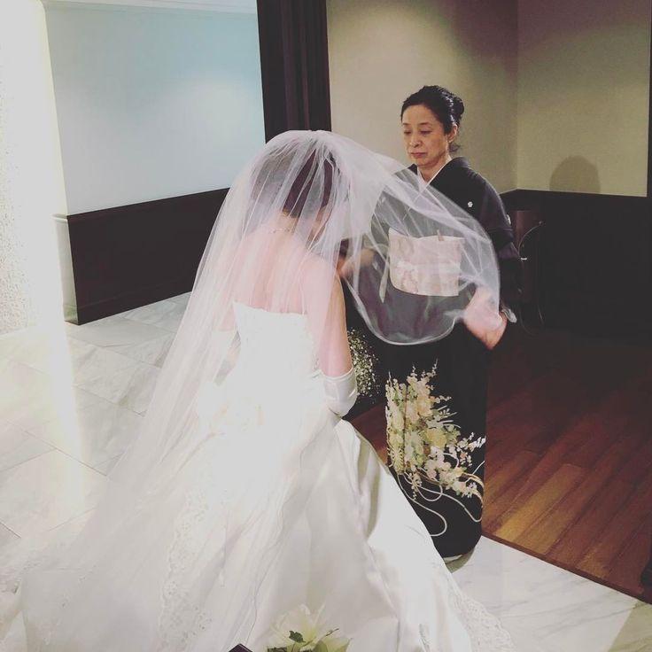 ウエディングベールは魔除けの役割を担います。今まで一番近くでご新婦様を見守ってきたお母様が、幸せになってねという気持ちを込めて行うベールダウンのセレモニー。感動の瞬間ですね。  #takamibridal#wedding#bride#weddingdress#dress#colordress#weddinggown#gown#chinzanso#weddingstyling#タカミブライダル#ウエディングドレス#ドレス#カラードレス#白無垢#色打掛#ホテル椿山荘東京#椿山荘#お色直し#結婚式#チャペル挙式#披露宴#ホテルウエディング#ドレスサロン#ドレス試着#ドレス選び#花嫁衣裳#プレ花嫁#ベールダウン#ベール http://gelinshop.com/ipost/1523524209584638012/?code=BUkpTJXAAg8