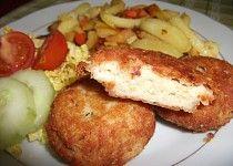 Rybí karbanátky se sýrem s pečenými hranolky se zeleninou.