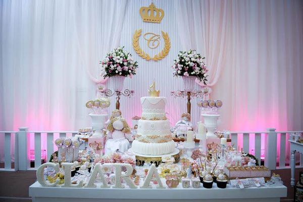 Branco, rosa e dourado foram as cores escolhidas para que esta festinha de princesa ficasse ainda com mais ares de realeza!!! Detalhes dourados e coroas estiveram na mesa de doces nas caixinhas, bandeirinhas de doces, colheres personalizadas e rótulos deixaram a mesa muito rica e linda de detalhes! Amei a produção toda! vale a pena …