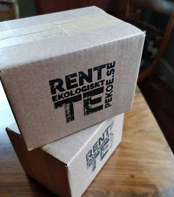 Nytt år nya paket. Vi skippar plasttejpen och kör med papperstejp och en ny fin stämpel!  #ehandel #leverans #plastbanta #pekoe #ekologisktte
