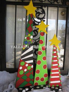 Estos tres árboles de Navidad caprichosa está seguros de agregar mucho color a tu decoración de Navidad  Perfecto dentro de la decoración o grandes para su porche o puerta de entrada.  Estas son pintadas por lo que cada conjunto de árboles puede variar. Pintamos con sellador y pintura exterior. Tienen bases por lo que se defienden. Algunos Asamblea requerida.  Este sistema viene con aprox. 40 32 y 26 árboles  Podemos personalizar y personalizar este producto para usted.