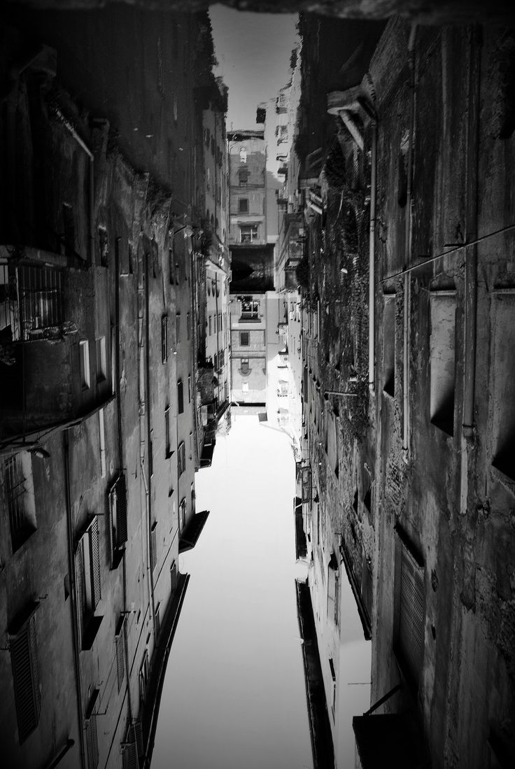 https://flic.kr/p/FQrg3Z | Come closer so I can show you... , Giulia #Bergonzoni #photography #Street #Bologna #italy #optical #illusion #reverse #water