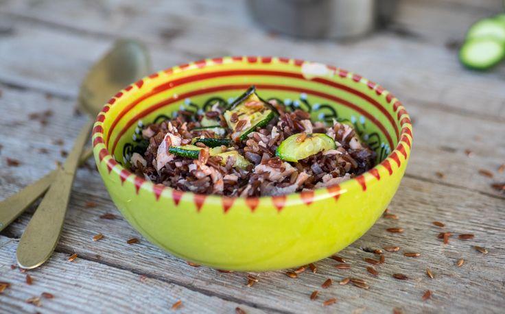 Insalata di riso rosso con salmone e zucchine