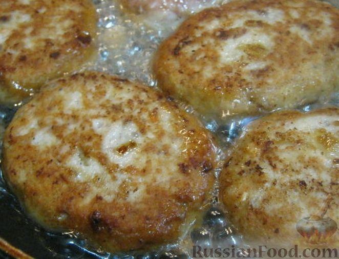 Фото приготовления рецепта: Рыбные котлеты с манкой - шаг №6
