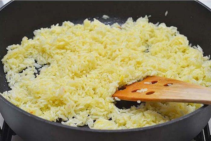 Рис с шафраном, тимьяном и чесноком Приготовление: vasha.sem-ja.ru/kulinariya/ris-s-shafranom-timyanom-i-chesnokom  Шафрановый рис — мой самый любимый вид гарнира из риса, ничто так не украшает его, как шафран, который придаёт рису красивый золотистый цвет и тонкий цветочный аромат.