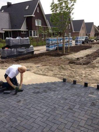 Oprit van 60m² bestraat met 6cm betonklinkers (antraciet).