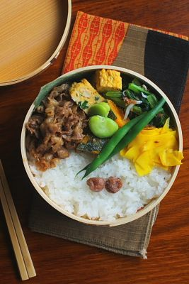 白米(梅干し)豚肉の生姜焼き青葱入り卵焼き小松菜の梅しらす和え南瓜の胡麻和えコリンキーのハニークミンマリネ茹でいんげん茹でそら豆今日は「豚肉の生姜焼き」が主役のお弁当。おかずのネタに困ったら生姜焼きの登場です(´ε`)晩ご飯には生姜焼き用の