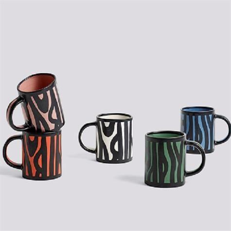 Wood Mug kaffekrus fra HAY er designet af Richard Woods. Serien af Wood Mug en samling af ikoniske, dekorative krus fremstillet i keramik. Kruset er håndlavet og  håndmalet på ydersiden, du kan vælge mellem seks forskellige farver.   Mål:  L13 X H10 Materiale: Keramik Farve: vælg farve nedenfor Hvert krus er unik og derfor kan de have forskellige form og størrelse forskel.