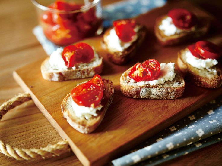 塩麹や塩レモンにつづいて最近注目されている調味料「塩トマト」。生トマトのフレッシュなおいしさに加えて、一晩置くだけで手軽に作れるのも人気の理由です。そこで今回は『オレンジページ3/2号』で見つけた塩トマトレシピをご紹介。濃厚な味わいと見栄えも華やかなプチトマトバージョンをチェック!