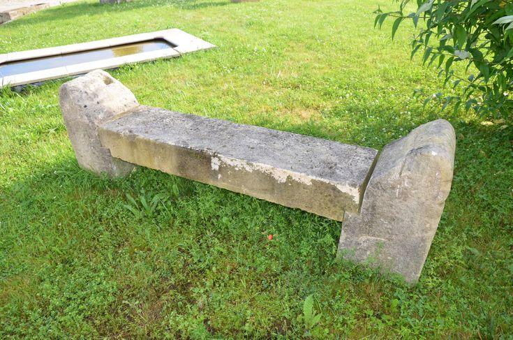 Banc rustique en pierre calcaire ancien