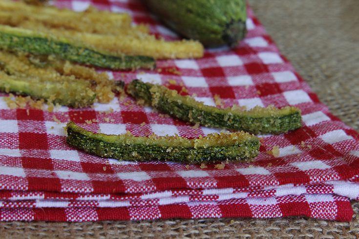 Bastoncini di zucchine al forno una ricetta facile e leggera. Sono velocissime da preparare e sono come le ciliegie, una tira l'altra! Gustoso antipasto.