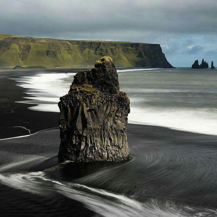 Black sand beach in Iceland                                                                                                                                                                                 Mais