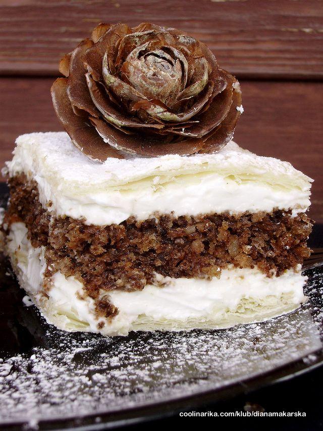 Kolač pod imenom Jelin kolač ili Juli pita u mojoj tekici se zove Juliška. Jako stari recept, ima ih na coolinarci razlika mog i ostalih (osim par detalja u biskvitu) je ta što ja nisam ljubitelj krema s margarinom, pa je ovo verzija laganije kreme bez margarina, ali u svakom slučaju odličan kolač koji je šteta ne probat :)))