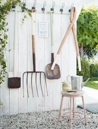 Oud tuingereedschap aan kapstok